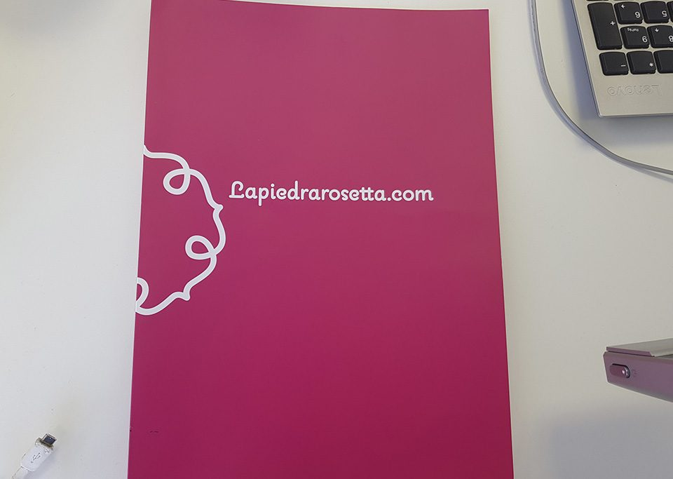carpeta de lapiedrarosetta rosa con logo traducción jurada